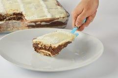 Un morceau masculin de portion de main de gâteau fait maison images stock