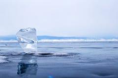 Un morceau transparent de glace sur la surface du lac Baïkal bleu Image stock