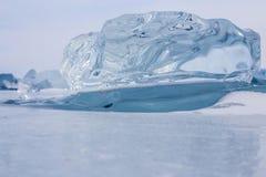 Un morceau transparent de glace sur la surface du lac Baïkal congelé bleu Image libre de droits