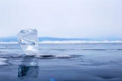 Un morceau transparent de glace sur la surface du lac Baïkal congelé bleu Images libres de droits