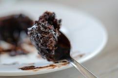 Un morso del soufflè del cioccolato sul cucchiaio fotografia stock