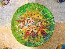 Un mosaico del parco Guell ha progettato da Antonio Gaudi Barcellona immagine stock