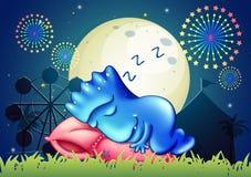Un mostro che dorme sopra il cuscino al parco di divertimenti Fotografia Stock Libera da Diritti
