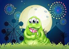 Un mostro che mangia una lecca-lecca al parco di divertimenti Fotografia Stock Libera da Diritti