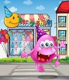 Un mostro felice del beanie che salta davanti al negozio del partito Fotografia Stock Libera da Diritti