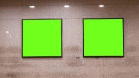 Un moto di due tabelloni per le affissioni verdi sulla parete alla stazione principale di Taipei video d archivio