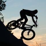 Un motociclista al tramonto Fotografia Stock Libera da Diritti