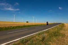 Un motociclista e generatori eolici sui precedenti fotografia stock libera da diritti