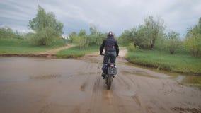 In un motociclista esperto supera l'ostacolo dell'acqua stock footage