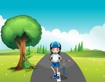 Un motociclista femminile che sta in mezzo alla via Fotografia Stock