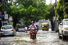 Un motociclista guida avanti sommerso a Bangkok, Tailandia Fotografie Stock Libere da Diritti