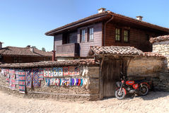 Un motociclo vicino alla casa bulgara classica Fotografia Stock Libera da Diritti