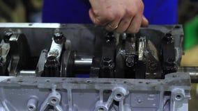 Un motor de coche de las reparaciones del hombre metrajes