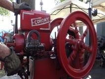 Un motor de gas pasado de moda en un verano justo en Kentucky almacen de video