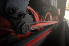 Un motor de vapor viejo de qué chasis, barra de acoplamiento y control son soportes visibles en la plataforma en luz brillante foto de archivo libre de regalías