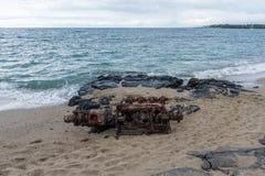 Un motor diesel viejo del ` s del barco abandonado en la playa, isla grande, Hawaii Fotografía de archivo