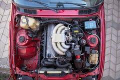 un motore di 6 cilindri installato nella vista superiore dell'automobile fotografia stock