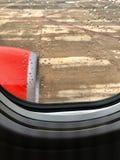 Un motore a sinistra rosso dell'aeroplano stava lavorando al cielo immagini stock libere da diritti