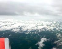 Un motore a sinistra rosso dell'aeroplano stava lavorando al cielo fotografia stock libera da diritti