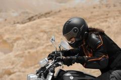 Un motorista en un desierto Imágenes de archivo libres de regalías