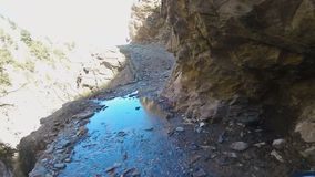 Un motorista monta en un camino peligroso de la montaña almacen de metraje de vídeo