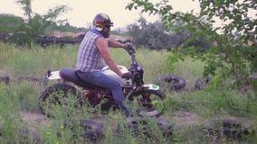 Un motorista profesional monta una bici en la tierra y hace diversos trucos Cámara lenta 120fps almacen de video