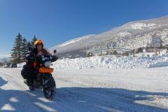 Un motorista valeroso en los caminos de Vercors en invierno fotos de archivo libres de regalías