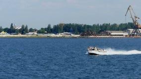 Un motoscafo con i turisti va lungo il litorale in Ucraina video d archivio