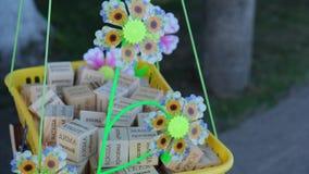 Un moulin à vent d'enfants colorés tournant dans le vent banque de vidéos