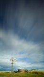 Moulin à vent sous les cieux nuageux image stock