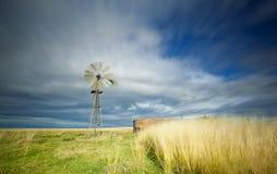 Moulin à vent et champs photographie stock libre de droits