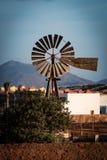 Un moulin à vent fait de métal Photo libre de droits