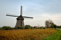Un moulin à vent hollandais Photo stock
