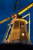 Un moulin à vent néerlandais la nuit Images stock
