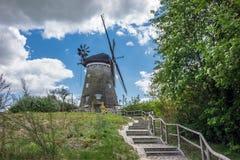 Un moulin de vent sur l'île Usedom dans le benz images libres de droits