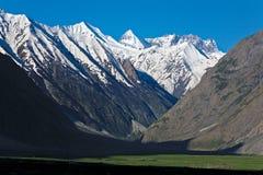 Un Mountainscape cerca de Drass en la manera al paso de Zojila, Ladakh, Jammu y Cachemira, la India fotografía de archivo