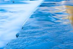 Un movimento lento della caduta dell'acqua immagini stock