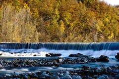 Un movimento lento della caduta dell'acqua nella distanza fotografie stock