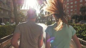 Un movimento lento di una coppia che pareggia un giorno soleggiato stock footage