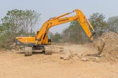 Un movimiento de tierras grande del excavador trabaja en emplazamiento de la nueva obra Imagen de archivo libre de regalías