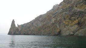 Un movimiento del mar a lo largo de los acantilados costeros metrajes