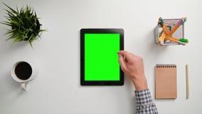 Un movimiento en sentido vertical del finger en la pantalla táctil verde almacen de metraje de vídeo