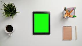 Un movimiento en sentido vertical del finger en la pantalla táctil verde almacen de video