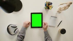Un movimiento en sentido vertical del finger en la pantalla táctil verde metrajes