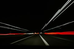 Un movimiento muy rápido de coches en un túnel libre illustration