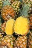 Un mucchio degli ananas fotografie stock
