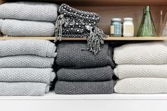 Un mucchio degli asciugamani sullo scaffale Immagini Stock