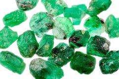 Un mucchio degli smeraldi verdi non tagliati ruvidi fotografie stock libere da diritti