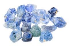 Un mucchio degli zaffiri blu-chiaro non tagliati ruvidi fotografia stock libera da diritti