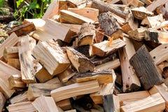 Un mucchio dei ceppi tagliati della legna da ardere pronti per l'inverno Tagli il legno del fuoco di ceppi Industria del legno du Immagine Stock Libera da Diritti